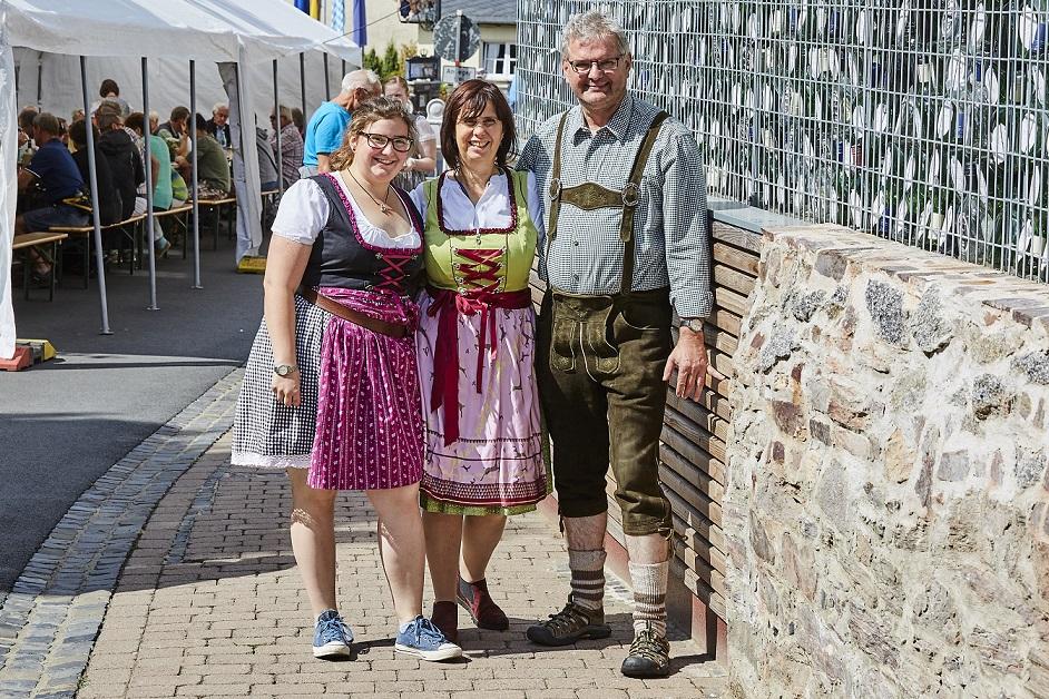 Weinfest Familie Klaus Simon in Tracht bei den Wasserloser Schoppentagen